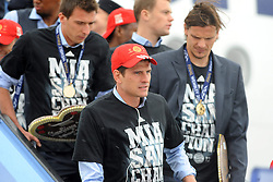 26.05.2013, Flughafen, Muenchen, GER, UEFA Champions League, Ankunft FC Bayern Muenchen, im Bild 26.05.2013, Flughafen, Muenchen, GER, UEFA Champions League, Ankunft FC Bayern Muenchen, im Bild Die Mannschaft des FC Bayern Muenchen bei der Ankunft am Flughafen Muenchen. Im Bild Mario GOMEZ (FC Bayern Muenchen), daneben Daniel VAN BUYTEN (FC Bayern Muenchen) und hinten Mario MANDZUKIC (FC Bayern Muenchen) // during arrival of FC Bayern Munich // after the UEFA Champions League final match at the Airport Munich, Germany on 2013/05/26. EXPA Pictures © 2013, PhotoCredit: EXPA/ Eibner/ Wolfgang Stuetzle..***** ATTENTION - OUT OF GER *****