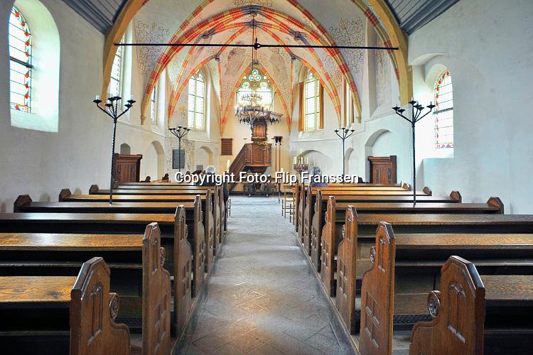 Nederland, Leur, 15-4-2019 Interieur van dit kleine middeleeuwse kerkje. Het is een monument. De muurschilderingen zijn uit de eerste helft van de zestiende eeuw. In het begin van de Tachtigjarige Oorlog bleef de bevolking trouw aan het katholieke geloof. In 1607 kwam het tot een wapenstilstand en kreeg de reformatie ruim baan waardoor het toch protestants werd.. Foto: ANP/ Hollandse Hoogte/ Flip Franssen