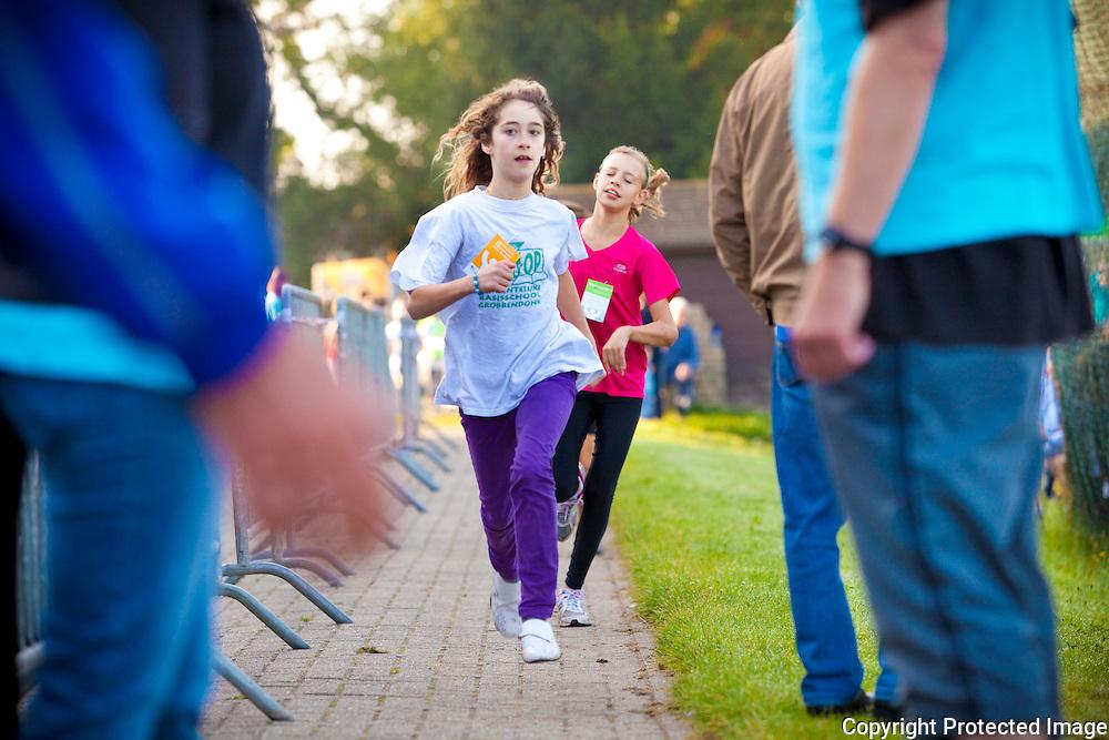 365189-Scholenveldloop sportterreinen Vaartkom Grobbendonk-plaats 1 Hannelore Wouters en 2 Alyssa Schroyens