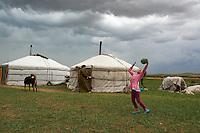 Mongolie, province de Ovorkhangai, parc de Batkhan, jeune nomades // Mongolia, Ovorkhangai province, Batkhan national parc, young nomads