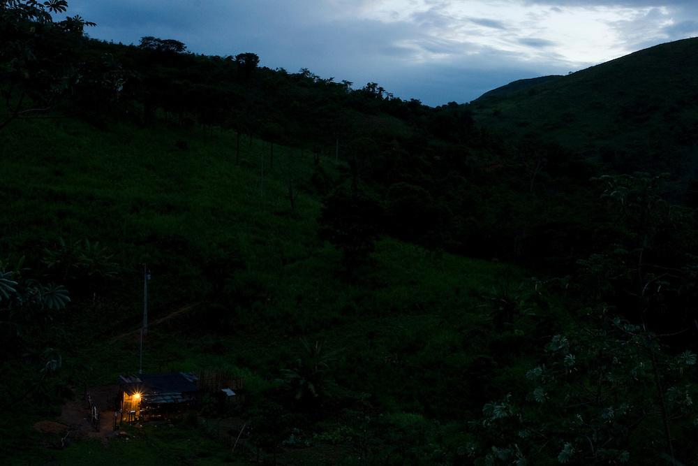 Santos Dumont_MG, Brasil...Eletrificacao rural em Santos Dumont. Na foto, casa de uma zona rural iluminada...The rural electrification in Santos Dumont. In this photo a  house lighting in the rural landscape at night...Foto: LEO DRUMOND / NITRO...