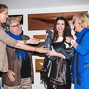 NLD/Muiden/20160530 , Uitreiking CosmoQueen Award 2016, Caroline  de Bruijn krijgt de Cosmoqueen award uit handen van Paulien Huizinga en maker van het beeld Theo MacKaay