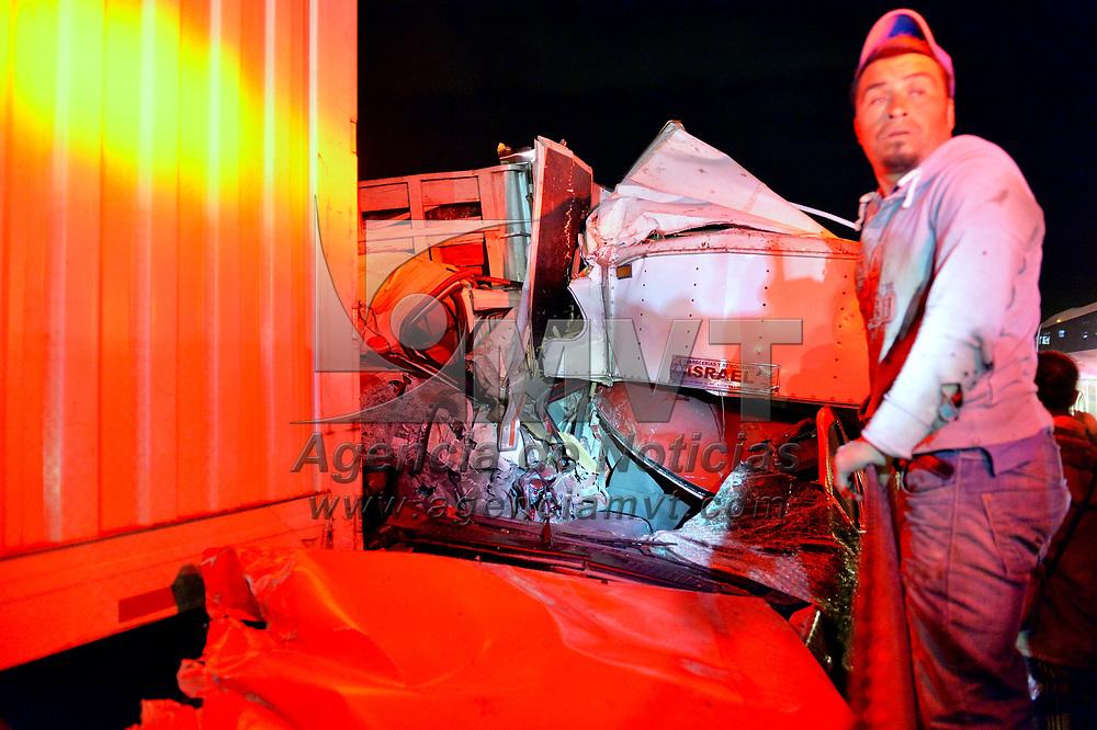 LERMA, México (Febrero 01, 2018).- Un choque múltiple en el que estuvieron involucrados 11 vehículos, varios de ellos de grandes dimensiones, arrojó como resultado preliminar 2 personas fallecidas y 17 lesionadas, en el kilómetro 20 del llamado Libramiento Bicentenario, en su dirección Lerma-Villa Victoria-Valle de Bravo.  Agencia MVT / Mario Vazquez de la  Torre.