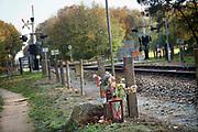 Nederland, Terborg, 5-11-2020 Een bewaakte spoorwegovergang. Bij deze spoorovergang is in het verleden iemand omgekomen en daarvoor is een monument met bbloemen en een herdenkingssteen geplaatst . Foto: ANP/ Hollandse Hoogte/ Flip Franssen