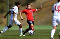 Fotball<br /> 2. Mars 2012<br /> Treningskamp<br /> La Manga , Spania<br /> Norge - England 0 - 1<br /> Danielle Carter (L) og Reni Allen (R) , England<br /> Andrea Haugstøyl (M) , Norge<br /> Foto: Astrid M. Nordhaug