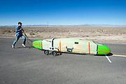 Larry Lem start de Glow Worm. In Battle Mountain (Nevada) wordt ieder jaar de World Human Powered Speed Challenge gehouden. Tijdens deze wedstrijd wordt geprobeerd zo hard mogelijk te fietsen op pure menskracht. Ze halen snelheden tot 133 km/h. De deelnemers bestaan zowel uit teams van universiteiten als uit hobbyisten. Met de gestroomlijnde fietsen willen ze laten zien wat mogelijk is met menskracht. De speciale ligfietsen kunnen gezien worden als de Formule 1 van het fietsen. De kennis die wordt opgedaan wordt ook gebruikt om duurzaam vervoer verder te ontwikkelen.<br /> <br /> Larry Lam starts the Glow Worm. In Battle Mountain (Nevada) each year the World Human Powered Speed Challenge is held. During this race they try to ride on pure manpower as hard as possible. Speeds up to 133 km/h are reached. The participants consist of both teams from universities and from hobbyists. With the sleek bikes they want to show what is possible with human power. The special recumbent bicycles can be seen as the Formula 1 of the bicycle. The knowledge gained is also used to develop sustainable transport.