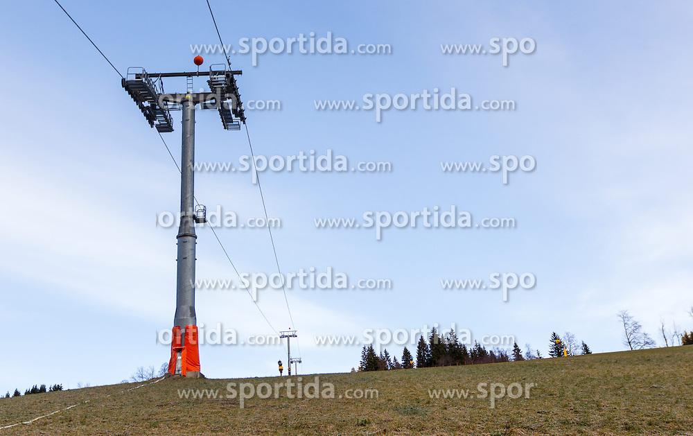 THEMENBILD - Liftstütze auf einer grünen Piste bei der Hochalmbahn, aufgenommen am 05. Dezember 2014, Hinterglemm, Österreich. Kein Wintereinbruch, Seilbahner warten auf Schnee bzw. auf einen Temperatursturz. Bergbahnen, die das kommende Wochenende mit dem Pistenbetrieb loslegen wollten, müssen noch warten, bis es kühler wird und damit eine Beschneiung möglich ist // Lift snowless slope at the Hochalmbahn cable car, Saalbach Hinterglem, Austria on 2014/12/05. EXPA Pictures © 2014, PhotoCredit: EXPA/ JFK