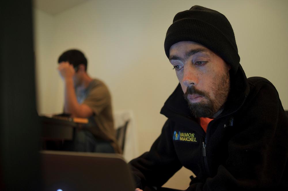 Maickel Melamed revisa sus correos electrónicos en compañia de Federico Pisani, su entrenador. Maickel se prepara para correr el Maratón de NY 2011.