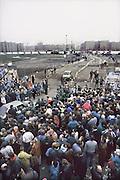 Duitsland, Berlijn, 12-11-1989Val van de muur, In de voorgaande nacht haastig opgezette doorlaatpost aan de Potsdamer Platz. DDR, einde koude oorlog. Inwoners van west berlijn verwelkomen de oost duitsers. West-Berlijn, grens Oost-Duitsland en West-Duitsland.Fall of the wall. In the previous night hastily set up at the crossing point Potzdammer Platz. DDR, end cold war. Residents of west Berlin welcome the east Germans. West Berlin, border eastern Germany and West GermanyFoto: Flip Franssen/Hollandse Hoogte