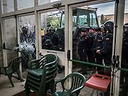 La guardia civile tente de penetrer dans le gymnase ou se situe le bureau de vote de St Julia de Ramis , c'est ici que doit voter le president Carles Puigdemont