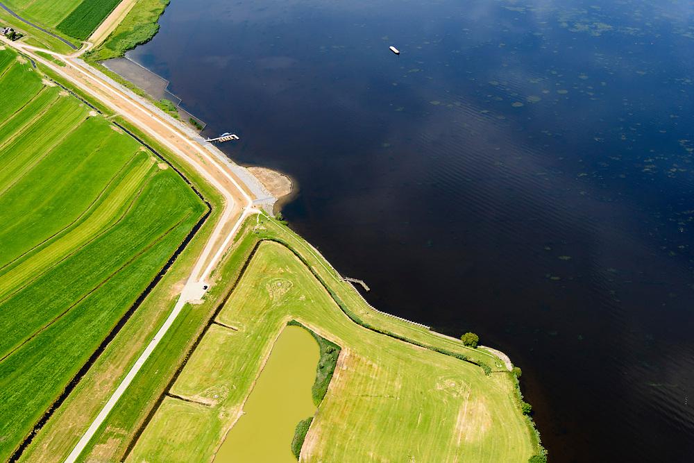 Nederland, Utrecht, gemeente Bunschoten, 17-07-20170; Eemdijk en Westdijk, ten westen van Spakenburg. De Dijk Zuidelijke Randmeren is in het kader van het Hoogwaterbeschermingsprogramma versterkt en verbeterd. Palendijk in de voorgrond.<br /> The Dike Southern Randmeren has been strengthened and improved in the context of the High Water Protection Program.<br /> <br /> luchtfoto (toeslag op standard tarieven);<br /> aerial photo (additional fee required);<br /> copyright foto/photo Siebe Swart
