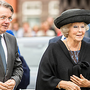 NLD/Tilburg/20170916 - Beatrix bij opening jubileum expositie 25 jaar museum De Pont, aankomst met commisaris van de Koning Wim van den Donk