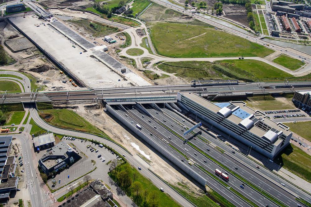 Nederland, Utrecht, Utrecht, 09-04-2014; Rijksweg A2 en de noordelijke ingang van de Leidsche Rijntunnel, een landtunnel die de verkeersoverlast, luchtvervuiling en geluidsoverlast voor Utrecht en de Vinexwijk Leidsche Rijn moet verminderen. Direct na de spoorlijn is het betonnen dak van de tunnel zichtbaar, hier moet een park op komen.<br /> Roadway A2 and the southern entrance to the tunnel Leidsche Rijn, a landtunnel built to decrease the nuisance of traffic noise and air pollution for the city of Utrecht and the suburb Leidsche Rijn . Right the Amsterdam-Rhine Canal and the city of Utrecht.<br /> luchtfoto (toeslag op standaard tarieven); aerial photo (additional fee required); copyright foto/photo Siebe Swart.