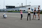 Na afloop praten de renners Sebastiaan Bowier (2e rechts) en Wil Baselmans (rechts) nog even na. HPT Delft, een team van studenten van de TU Delft en de VU Amsterdam, trainen op de baan van de RDW voor de recordpoging ligfietsen.<br /> <br /> At the end of the day, Sebastiaan Bowier (right) and Wil Baselmans (2nd right) are discussing their runs. The HPT (Human Powered Team) is training at the test track in Lelystad for their attempt to break the world record Human Powered Vehicles.