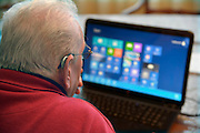 Nederland, Nijmegen, 12-2-2013Oudere man achter een laptop tijdens het inloopspreekuur voor ouderen met problemen in het bedienen van de computer. Georganiseerd door de hobbywerkplaats.Foto: Flip Franssen/Hollandse Hoogte