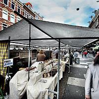 Nederland, Amsterdam , 5 oktober 2014.<br /> Het is de bekendste markt van Nederland, maar deze zondag zullen veel bezoekers waarschijnlijk toch echt even moeten wennen aan wat ze aantreffen op de Albert Cuyp. De kramen, sinds mensenheugenis opgesteld langs de stoepen, worden voor één dag verplaatst naar het midden van straat.<br /> Ruggelings staan ze dan, waardoor bezoekers niet meer alleen maar zicht hebben op de kramen, maar ook de achterliggende winkels. Die worden daarbij meer bij de straat betrokken, is het idee.Een upgrade, zegt stadsdeel Zuid. Een riskant plan, zeggen marktkoopmannen. Er zijn voordelen en er zijn nadelen, zegt de marketingafdeling van de markt zelf. Hoe dan ook wordt er al jaren over gesteggeld. Zondag zal veel duidelijk worden, als bezoekers, ondernemers en ook bewoners uitvoerig zullen worden gevraagd naar hun mening. Stadsdeelbestuurder Paul Slettenhaar benadrukt de markt niets te willen opleggen. 'Deze opstelling lijkt ons een goed idee - ook wij willen de markt nog beter maken. Maar als blijkt dat het niet goed uitpakt, zetten we het natuurlijk niet door.'<br /> Foto:Jean-Pierre Jans