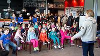 AMSTELVEEN - Heleen Welschen promo  WK Clubdag in het Wagener Stadion. Stockey, de mascotte voor het WK Hockey in Den Haag , gaat op reis. FOTO KOEN SUYK