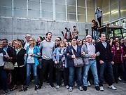 les gens qui ont passé la nuit dans le gymnase font une chaine humaine pour empêcher la Guardia de pénétrer dans le gymnase
