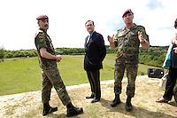 07 JUN 2006, MERZIG/GERMANY:<br /> Generalmajor Hans-Lothar Domroese (L), Kommandeur Division Spezielle Operationen, Franz Josef Jung (M), CDU, Bundesverteidigungsminister, und Oberst Volker Bescht (R), Kommandeur Luftlandebrigade 26, waehrend einem Truppenbesuch beim Luftlandeunterstuetzungsbataillon 262 - das Bataillon gehoert zur Luftlandebrigade 26, die am Einsatz der Bundeswehr im Rahmen der EU Mission EUFOR RD Congo teilnehmen wird - Truppenuebungsplatz<br /> IMAGE: 20060607-01-027<br /> KEYWORDS: Hans-Lothar Domröse