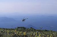 Helicoptero volando sobre la cima del tepuy Autana, Amazonas, Venezuela