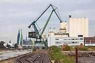 Europa, Deutschland, Koeln, Schienen und Verladekran im Deutzer Hafen, im Hintergrund der Dom.<br /> <br /> Europe, Germany, Cologne, tracks and crane in the Rhine harbor in the district Deutz, in the background the cathedral.