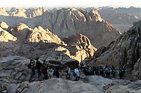 Turister og pilgrimmer på stien til Mosesfjellet, Sinai