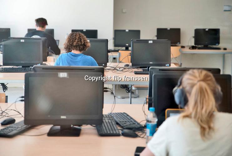 Nederland, Rozendaal,Arnhem, 2-6-2020 Middelbare school . Leerlingen zitten in het computerlokaal aan de computer en zijn bezig met zelfstudie .Foto: Flip Franssen
