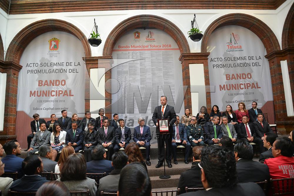 Toluca, México (Febrero 05, 2018).- Justo Núñez Skinfill, Secretario del Ayuntamiento, acompañado por Alejandro Ozuna Rivero, Secretario Genera de Gobierno, publicaron el Bando Municipal de Toluca 2018.  Agencia MVT / Crisanta Espinosa.