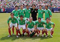 Fotball<br /> Concacaf Gold Cup 2009<br /> Finale<br /> Mexico v USA<br /> 26.07.2009<br /> Foto: imago/Digitalsport<br /> NORWAY ONLY<br /> <br /> Lagbilde Mexico<br /> Hi.v.li.: Jonny Magallon, Miguel Sabah, Juan Carlos Valenzuela, Torwart Guillermo Ochoa, Israel Castro, Giovani Dos Santos; vorn: Efrain Juarez, Alberto Medina, Gerardo Torrado, Jose Antonio Castro, Fausto Pinto