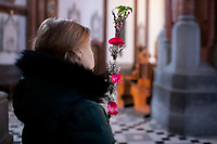 Bialystok, 05.04.2020. Bialostocka Katedra w Niedziele Palmowa. W mszy swietej pod przewodnictwem abp Tadeusza Wojdy metropolity bialostockiego, pomimo prosb wladz panstwowych i koscielnych, aby ta liczba nie przekraczala 5 osob, uczestniczylo ponad 20 wiernych N/z kobieta z palma wielkanocna fot Michal Kosc / AGENCJA WSCHOD
