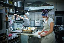 Marcelo Gonçalves é um chef confeiteiro, que iniciou sua paixão pela gastronomia enquanto lavava a louça de restaurantes na Europa. Aos poucos, foi descobrindo a cozinha e se interessando, também, por receitas salgadas. Há 20 anos, ele comanda o Pâtissier, uma charmosa mistura de bistrô e confeitaria na Rua Marquês do Pombal, em Porto Alegre. FOTO: Jefferson Bernardes/ Agência Preview