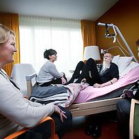 Nederland, Amsterdam , 26 april 2012..Patient in Joods Hospice omgeven door verzorgers en Directrice Sasja Marte (rechts voor)..Het Joods hospice aan de Amstelveense weg bestaat 5 jaar..Foto:Jean-Pierre Jans