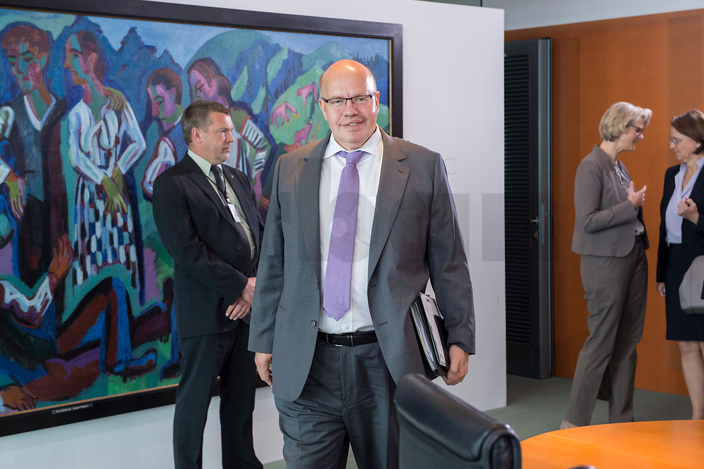 20 JUN 2018, BERLIN/GERMANY:<br /> Peter Altmeier, CDU, Bundeswirtschaftsminister, auf dem Weg zu seinem Platz, vor Beginn der Kabinettsitzung, Bundeskanzleramt<br /> IMAGE: 20180620-01-003<br /> KEYWORDS: Kabinett, Sitzung