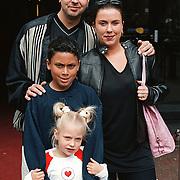 Premiere Airbud Amsterdam, Mona Rooth - van Leeuwen haar man Ernst en kinderen Shakib, Romana