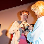 NLD/Amsterdam/20120610 -Uitreiking Johan Kaartprijs 2012, Jochem Meijer reikt de Johan Kaartprijs uit aan Tineke Schouten