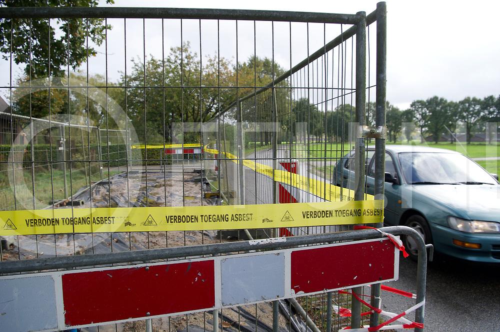 OMMEN - Asbets vondst<br /> Foto: afzetting van een deel van dr weg na een asbest vondst.<br /> FFU Press Agency copyright Frank Uijlenbroek