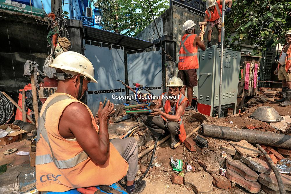 20171028 Kolkata Calcutta Indien<br /> Området runt New Market<br /> Elektriker på Sudder Street<br /> ----<br /> FOTO : JOACHIM NYWALL KOD 0708840825_1<br /> COPYRIGHT JOACHIM NYWALL<br /> <br /> ***BETALBILD***<br /> Redovisas till <br /> NYWALL MEDIA AB<br /> Strandgatan 30<br /> 461 31 Trollhättan<br /> Prislista enl BLF , om inget annat avtalas.