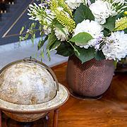 NLD/Den Haag/20190703 - Bezichtiging kamers paleis Huis ten Bosch, vestibule, wereldbol met bloemstuk