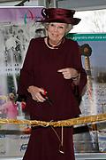 Koningin Beatrix woont ter gelegenheid van het 100-jarig bestaan van de vereniging Plattelands Jongeren Gelderland in Toldijk een forum bij over de ontwikkeling van jongeren op het platteland. ////  Queen Beatrix attends the 100th anniversary of the association Rural Youth Gelderland Toldijk with a forum for the development of young people in rural areas.<br /> <br /> Op de foto/Onthe phoro:  Koningin Beatrix opent de fototentoonstelling '100 jaar vrijwilligerswerk door jongeren op het Gelderse platteland' <br /> <br /> Queen Beatrix opened the photo exhibition '100 years of youth volunteering in the Gelderland countryside '