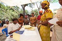 """07 OCT 2009, MOSHI/TANZANIA:<br /> Frauen eines genossenschaftlich organisierten Spar- und Kreditvereins nehmen Ein- und Auszahlungen vor, waehrend einer Versammlung der SACCOS (Savings and Credit Cooperative Society) """"Muungano"""", einer Art Genossenschaftsbank mit 371 Mitgliedern, ONE Informationsreise nach Tansania, Moshi / Kilimandscharo<br /> IMAGE: 20091007-01-180<br /> KEYWORDS: Reise, Trip, Entwicklungshilfe, Wirtschaft, Landwirtschaft, Kleinunternehmer, Selbsthilfe, Micro-Kredit, Micro-Credit"""