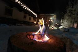 THEMENBILD - ein Schwedenfeuer vor einem weihnachtlich beleutetem Haus aufgenommen am 07. Dezember 2017, Kaprun, Österreich // a fireside in front of a Christmas-lit house on 2017/12/07, Kaprun, Austria. EXPA Pictures © 2017, PhotoCredit: EXPA/ Stefanie Oberhauser