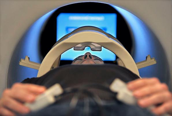 Nederland, Nijmegen, 31-10-2011Bij het FC Donderscentrum van de Radboud universiteit wordt mbv MRI scanner onderzoek gedaan naar de werking van het brein, en processen die zich in de hersenen afspelen. Cognitieve neuroscience. Hierbij wordt samengewerkt door het FC Donderscentrum, het NICI, het umcn en het NCMLS. Een van de doelen is meer inzicht te krijgen in de ziekte van Parkinson. Op de foto is te zien hoe een vrijwilliger in de scanner aktief is bij het kijken naar beelden. Foto: Flip Franssen