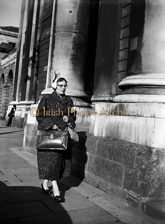 Maureen O'Carroll arriving at High Court for Batchelors Peas Case .29/09/1954..Maureen O'Carroll (née McHugh; 29/03/1913 - 09/05/1984) was an Irish Labour Party politician who sat from 1954 to 1957 as Teachta Dála (TD) for Dublin North Central..A school teacher and mother of ten children (see Brendan O'Carroll), O'Carroll was educated at University College Galway and entered politics as a founder of the Lower Prices Council, which campaigned against high prices, scarcity and black marketeering in the aftermath of World War II.[1].She was elected to Dáil Éireann on her first attempt, at the 1954 general election to the 15th Dáil, when she was the third candidate to be elected in the three-seat Dublin North Central constituency, defeating sitting Fianna Fáil TD Colm Gallagher. She served as Labour's Chief Whip from 1954 to 1957..At the 1957 general election, she was defeated and Gallagher retook the seat. O'Carroll did not stand again for election to the Dáil...