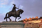Portugal, Lissabon, 7-9-2004  Standbeeld van koning Dom Pedro de vierde op het Rossio plein, met op de achtergrond het Castelo de sao Jorge in het licht van de ondergaande zon . Foto: Flip Franssen
