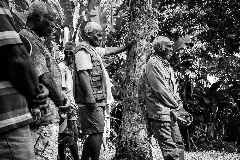 Les représentants du clan paternel lors de la cérémonie coutumière faite par les oncles maternels du défunt pour remercier le nom. - Tribu de Tendo - Hienghène - Nouvelle Calédonie - Aout 2013