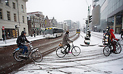 In Utrecht rijden fietsers door de sneeuw.<br /> <br /> In Utrecht cyclist ride at the snow.