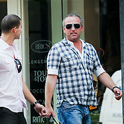 NLD/Laren/20080806 - Gordon Heuckeroth en partner Sander hebben kleding gekocht in Laren