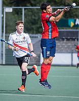 AMSTELVEEN -  Federico Fernandez Onega (Tilburg) met Matthew Dawson (Amsterdam)  tijdens de hockey hoofdklasse competitiewedstrijd  heren, Amsterdam-HC Tilburg (3-0).  COPYRIGHT KOEN SUYK