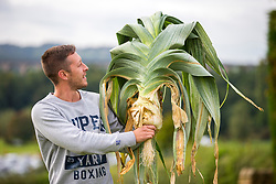 © Licensed to London News Pictures. 14/09/2018. Harrogate UK. Mark Shepherd with his prize winning Leek that weighed 6.6kg  at the Giant Vegetable Competition today at the Autumn Harrogate Flower Show in Harrogate. Photo credit: Andrew McCaren/LNP