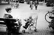 Moeder met kind op een bankje in Den Haag